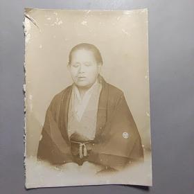 民国老照片-妇人    尺寸:13.8厘米*9.8厘米