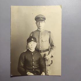 民国老照片-日本军官兄弟照    尺寸:9厘米*6.7厘米