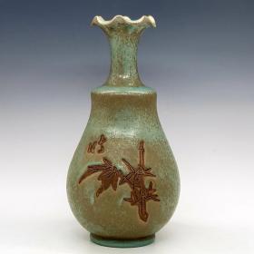 宋汝窑翠竹纹花口瓶。尺寸28*13。