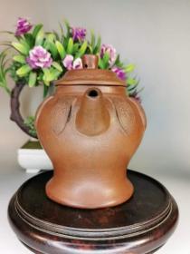 旧藏     名人老紫砂壶一把,保存完整包浆浓厚十足皮壳一流完美,做工精美,品相尺寸见图。<xq>