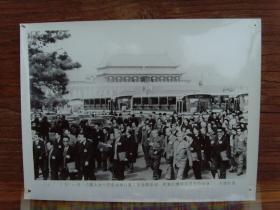 1993年,八届人大一次会议,代表们在北京天安门广场