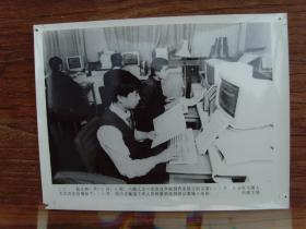1993年,八届人大一次会议,议案组将代表们的议案输入电脑计算机