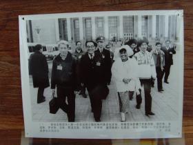 1993年,八届政协一次会议,新增怒族、珞巴族、基诺族、普米族、京族、鄂温克族、阿昌族、布朗族、德昂族九名代表,自此我国56个民族都有代表参加全国政协
