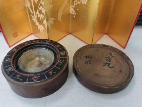 日本购回:百年以上老指南针、指北针、风水罗盘,直经约8.5CM左右,厚4.3CM,刻十二地支,中间为玻璃,下面内有指针、指针灵敏可动,盖子和底部有字,具体看图