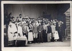 1965年4月21日李广田先生与云南大学学生演员合影老照片1张【1965年原版老照片】