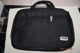 Army Knife 牌,电脑包,手提包,背包。有七个隔层。重约2.7斤。没有背带。
