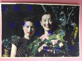 民国 老照片,两个美女,明眸皓齿,红唇动人,非常漂亮,手工上色,色彩好