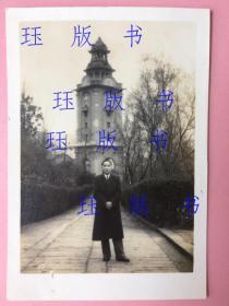 照片,民国,男子,背后古建筑很好,钟,风格独特,地点可能是四川 重庆的