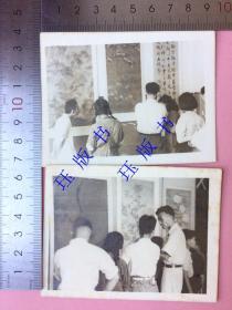 """照片2张 在观看书法绘画展览 有""""阳明王守仁""""的字,照片泛银"""