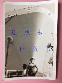 老照片,民国时期的,男子,身后是轮船吧,仔细看,上面有数字,值得研究