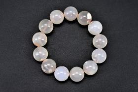 (丁3287)《纯天然樱花玛瑙手串》一串 单颗玛瑙直径约:1.63cm 周长约:21cm 总重量:80.77g 有松紧。玛瑙是佛教七宝之一,自古以来一直被当为辟邪物、护身符使用,象征友善的爱心和希望。 玛瑙以其色彩丰富、美丽多姿而被当做宝石或作工艺制品。