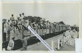 1931年10月18日,九一八事变以后东北军奉军全面从沈阳撤退,沈阳被完全放弃。照片中显示的是军列在火车站待出发。27.9X17.9厘米
