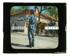 清代民国玻璃幻灯片----清末天津维多利亚路和女王路路口,长辫交通警察在指挥交通