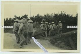 民国时期时期中国北方修筑道路的苦力,人力拉石碾平整路面老照片