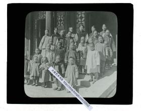 清代民国玻璃幻灯片---清末民国时期北京美国教会学校里的中国师生合影。1864年,美国基督教公理会创办的育英、贝满男女校,1865年和1870年美国基督教长老会创设的崇实、崇慈男女校,1871年和1872年美国基督教美以美会设立的汇文、慕贞男女校,以及1874年和1901年英国基督教圣公会建立的崇德、笃志男女校,创北京教会学校之先河。