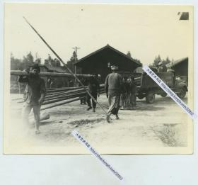 1940年代云南昆明,二战驻守大西南的美国陆军卡车运送木材,中国百姓卸货老照片,12.4X9.8厘米,泛银