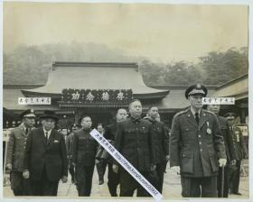 1965年蒋介石率领部下,在圆山纪念以前的将领老照片,此时距离陈诚的逝世仅一月有余。25.6X20.6厘米