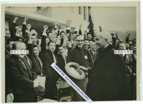1962年1月蒋介石,考试院主管黄齐鲁,前天主教南京教区总主教于斌神父等人老照片。23X16.5厘米