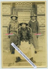 1920年代内蒙古的王爷和他的两名随从护卫老照片,14.6X10.1厘米,泛银