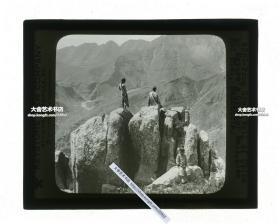 清代民国玻璃幻灯片----清末民国时期河北直隶山海关,万里长城的起点一带的辽西山脉,百姓在巨石上向远方眺望