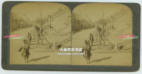 清末民国时期立体照片-----清末庚子事变时期,经历八周围困之后的北京东交民巷,注意看使馆前的石狮,它的右侧就是被义和团摧毁的法国使馆。底托纸卡厚度薄。