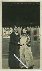 1929年北京胡同中文雅知性女子和西洋女人合影老照片,此二人可能是位于豹房胡同北京美国教会学校的老师,同批有照片是对这所学校的记录。14X8.3厘米