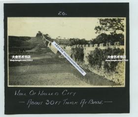 民国山东威海卫卫城西门外景观老照片,拍摄于1926年3月左右,西门名为迎宣门,此处为奈古山山麓,照片描述记录此处城墙厚30英寸,大约76厘米。照片自身尺寸为14X8.3厘米, 泛银,粘贴在14.7X13厘米的册页纸卡上。背面还粘有一张1926年3月L4级潜艇的照片