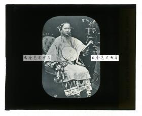 清代民国玻璃幻灯片-----清末民初中国富有人家大小姐,执扇读书照相馆经典坐像,小脚三寸金莲。