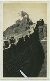 民国时期河北秦皇岛山海关辽西山脉长城上,外国水兵游客和当地中国向导留影老照片