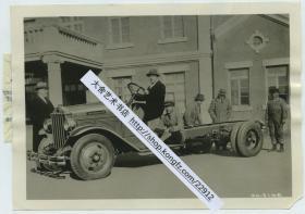 1930年东北满洲奉军李姓将军Y.C.Lee从美国芝加哥购买二十辆现代化军用卡车。第一辆抵达沈阳奉天军工厂后,李将军亲自试驾老照片。17.6X12.6厘米。可见在九一八事变之前,东北军就有从外国购买先进装备的计划。