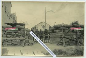 1932年淞沪抗战期间,驻守在上海公共租界的法国士兵在路障后警戒,远处可见一当铺标志牌。14.8X9.8厘米,泛银