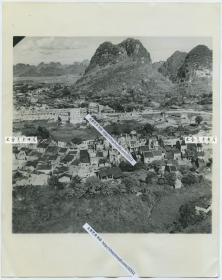 1945年7月日军撤离后广西柳州后高处眺望城市景象老照片,此时柳州已被中国军队收复。22.8X18.1厘米