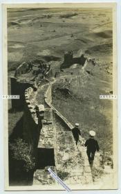 民国时期河北秦皇岛山海关辽西山脉长城上的景象,当时墙体城道风化损毁严重,可见外国海军士兵游客老照片