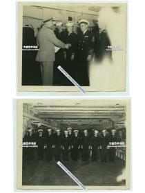 民国时期外国舰队海军将领和船员握手,舰艇机舱内军官士兵合影老照片, 共计两张,尺寸均为12.7X10.2厘米左右,泛银。有可能是亚洲舰队扬子江巡航期间拍摄。