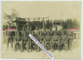 1942年侵华日军青叶部队在一神社前合影老照片,15.4X11厘米