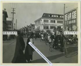 """1945年12月20日上海南京路成都路口繁华街景老照片,可见沪上著名的沧洲书场(现在长征医院的位置),维纳斯香烟广告等,有人力车车夫拉客人,可见""""成都路""""路牌。大幅25.3X20.5厘米,泛银"""