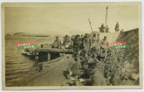 民国北洋政府时期驻华美军士兵在大坝码头老照片,有中国百姓路边围观,泛银。13.5X8.5厘米