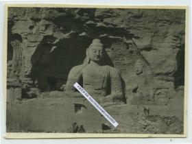 1929年山西省大同府西郊武周山南麓的石佛寺云冈石窟第20窟施禅定印的佛坐像老照片,有当地百姓晒太阳放马。8X5.8厘米,泛银