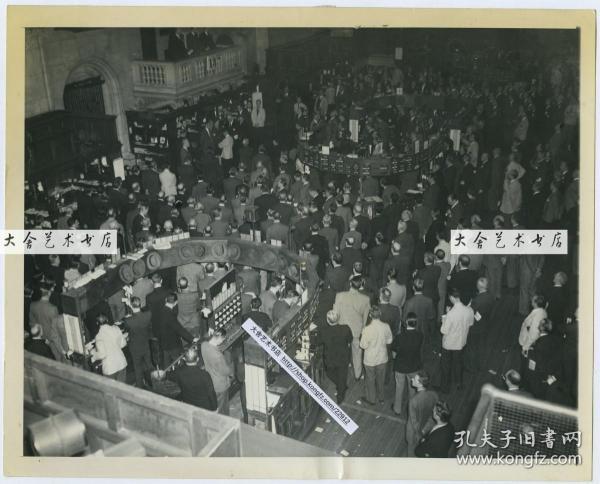 1945年4月13日美国纽约证券交易所内景全貌,开盘时集体为昨日去世的罗斯福总统祈祷老照片,22.8X18.3厘米