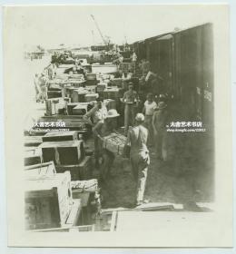1940年代中缅印战区美军在军列火车前卸载物资。二战时期美军士兵拍摄。10.3X11厘米