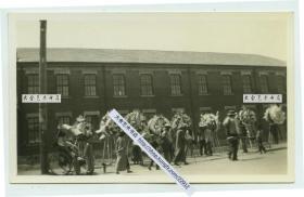 民国时期辽宁沈阳奉天的街头白事队伍民俗老照片。泛银