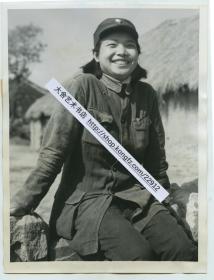 1946年湖南新化县新四军女医生老照片,她曾经参加过万里长征。20.3X15.4厘米。