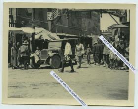 民国时期河北张家口城门附近街道街景老照片,拍摄于一牌楼下,有外国探险者的老汽车,张家口警察等。10.7X8.3厘米,泛银