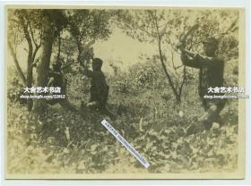 1932年一二八淞沪抗战中,英勇守卫上海的国民党第十九路军国军士兵,拿着大砍刀迎接日寇老照片。8.2X5.9厘米,泛银