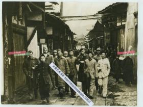 1943年美国其为报复珍珠港事件而空袭日本东京在内的数座城市,史称轰炸东京,杜立特飞行。这批飞行员最后都迫降在中国浙江与江西的村落,中国军民和被救助的迫降美军飞行员在街道上携手前进。19X14.6厘米,泛银