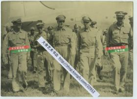 民国时期历任西点军校校长,第二次世界大战时期任美国远东军司令,西南太平洋战区盟军司令、陆军五星上将的麦克阿瑟将军视察部队老照片,尺寸为19.8X14.4厘米
