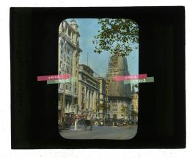 清代民国玻璃幻灯片----1929年上海外滩字林大厦(现在的友邦银行大楼),英资麦加利银行(渣打银行),和平饭店南楼,以及正在修建的华懋饭店(沙逊大厦)→和平饭店北楼。画面最右侧是当时还健在的德国俱乐部,1934年拆除。上色精准。