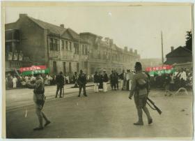 1937年日军占领天津,在广场附近的街道有日军士兵和当地交通警察一起管控戒-严老照片。根据历史记载,7月29日,第二十九军驻天津的第三十八师曾夺回火车站,包围东局子的日本军用机场,但30日奉命撤回天津。同日,天津沦陷。24X17厘米