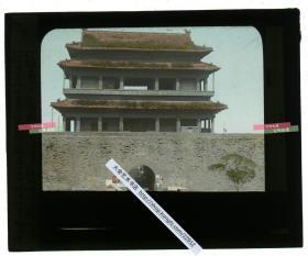 清代民国玻璃幻灯片-----民国北京崇文门哈德门城楼,当时城楼的状态很好,可能是距离修缮时间还不太长。上色精妙,甚至城门贴的广告都着色了。