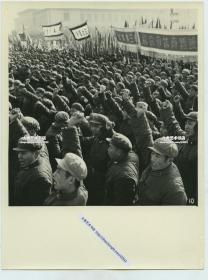 1964年11月北京首都七十万人游行集会支持刚果(利)人民斗争,在天安门广场上集会老照片,可见北京体育机械厂的横幅,与振臂高呼的群众